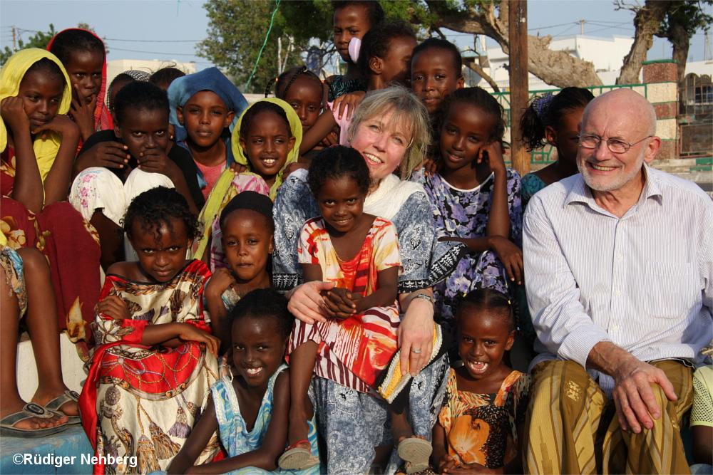 Rüdiger Nehberg mit Mädchen in Afrika