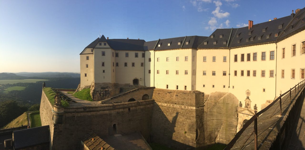 Westbebauung der Festung Königstein in der Abendsonne - v.l.n.r. Georgenburg, Streichwehr, Torhaus, Kommandantenhaus