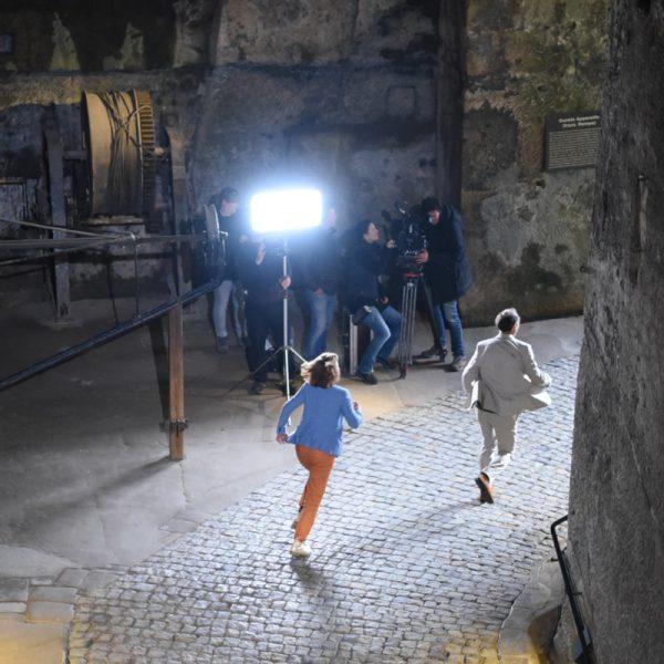 Schauspieler rennen an der Kamera vorbei.
