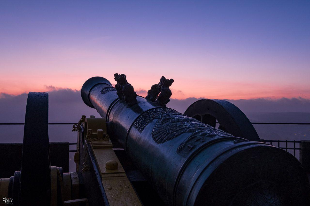 Festungskanone vor leuchtendem Horizont