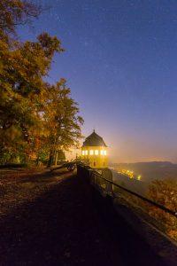 Sternenhimmel über der erleuchteten friedrichsburg