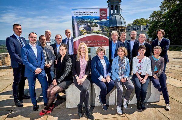 Gruppenfoto der teilnehmer der Konferenz der Elbefestungen