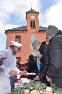 Festungsbäcker Rico Hamisch beim Anschnitt des 10,24 Meter langen Festungsstollens