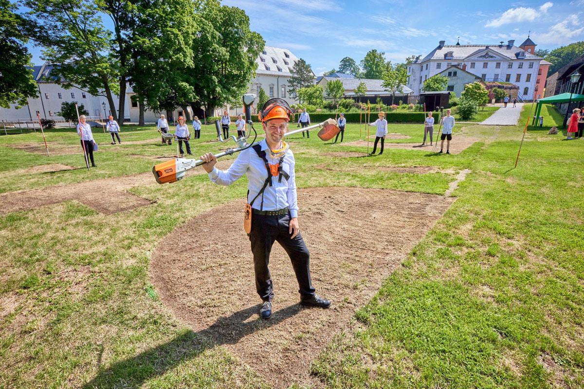 Landschaftskünstler Ralf Witthaus und sein Team auf dem Exerzierplatz der Festung Königstein