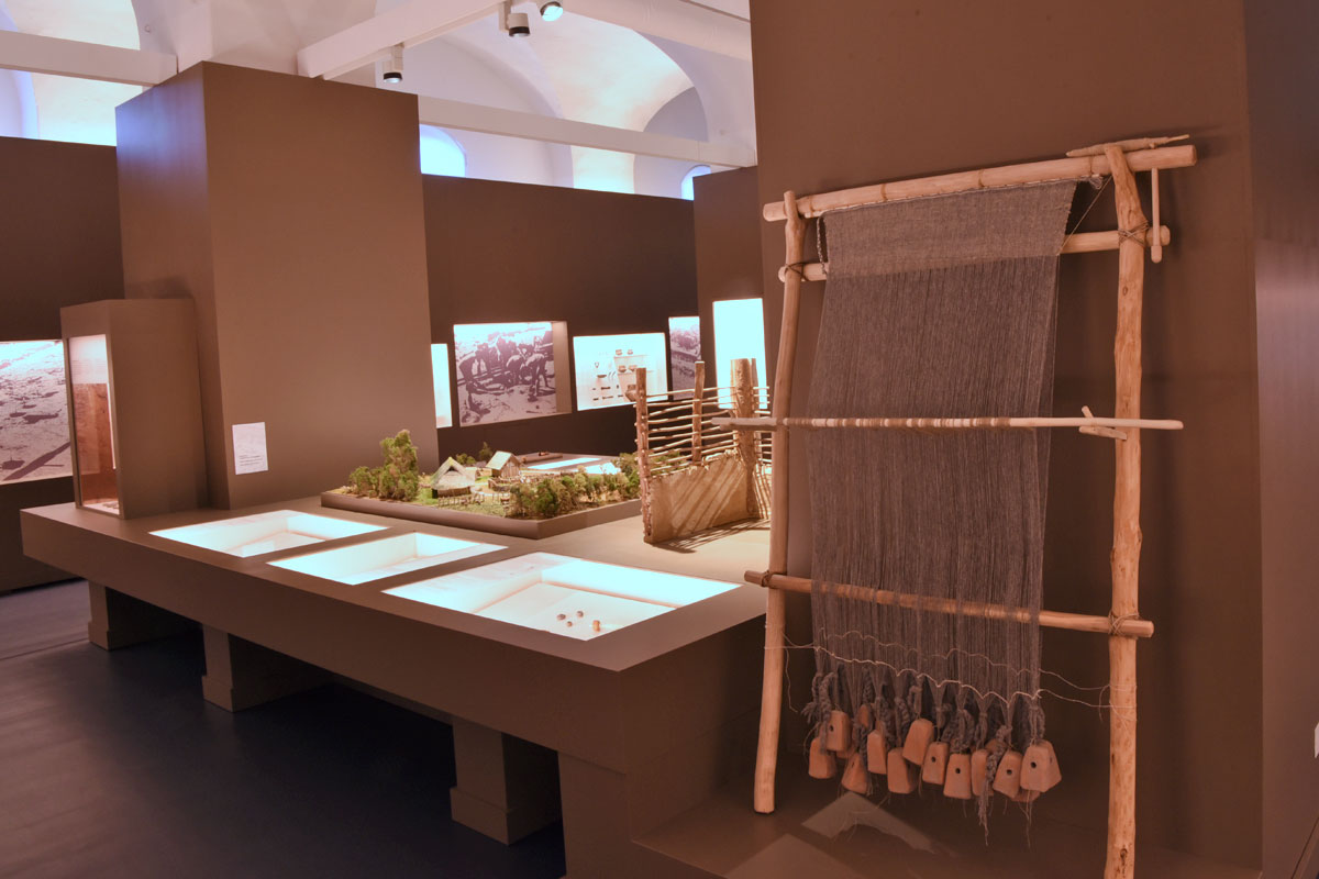 Nachbau eines bronzezeitlichen Webrahmens in der Sonderaustellung